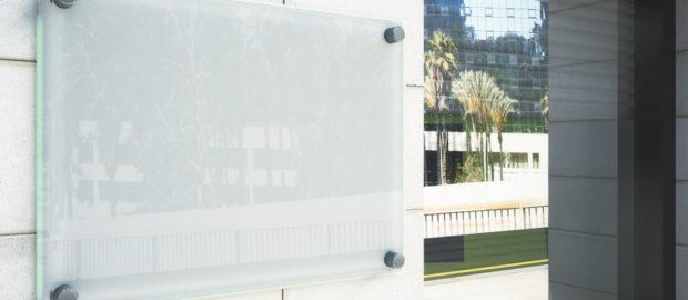 A MultiGráf Stúdió Bt. elérhető árakon készít élvilágító táblákat.