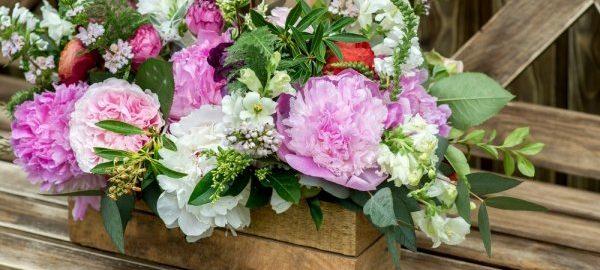 Eléhető áron rendelhet magas minőségű fa virágtartókat a kertjébe.