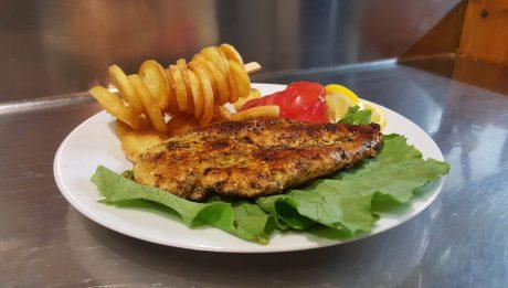 Görög fűszerekkel készült finom ételeket ehet.